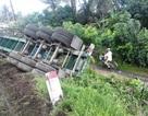 Trượt dốc cầu, xe container lật ngửa sát nhà dân