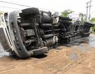 Lật xe container, 21 tấn dầu cá tràn đầy đường