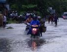 Đường biến thành sông sau trận mưa kéo dài 4 giờ