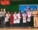 Đoàn viên, thanh niên tặng quà cho học sinh nghèo