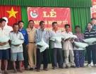 Đoàn viên Công an tặng quà cho bà con nghèo Khmer dịp Tết cổ truyền