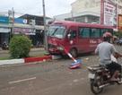 Xe khách tông xe máy rồi lao lên dải phân cách, hành khách la hét
