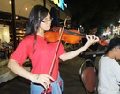Bạn trẻ ngẫu hứng chơi nhạc cổ điển trên phố sách Sài Gòn