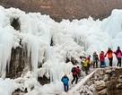 Ngoạn mục cảnh thác nước đóng băng trắng xóa trên núi