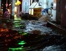 Mưa dai dẳng kết hợp triều cường, nước tràn vào nhà dân như... sóng biển!