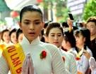 Hoa hậu Trương Thị May và những cành hồng ý nghĩa trong lễ Vu Lan