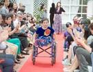 Hà Nội: Trình diễn thời trang trên xe lăn khiến người xem bật khóc