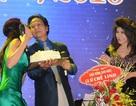 MC Kỳ Duyên hôn tới tấp vào má để chúc mừng sinh nhật Chế Linh