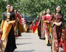 Biểu diễn thời trang trên cầu Thê Húc mừng giải phóng Thủ đô