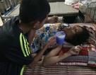 Thương bé lớp 7 mồ côi cha, lóng ngóng chăm mẹ ung thư tại bệnh viện
