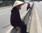 Hãi hùng cảnh 3 cụ bà trèo dải phân cách, băng ngang quốc lộ