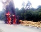 Xe tải chở gỗ bị lật, bốc cháy ngùn ngụt