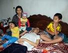 Người vợ trẻ ôm 3 con thơ bất lực nhìn chồng nằm chờ chết