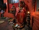 Nữ thần của Nepal chỉ tự bước đi khi… động đất xảy đến
