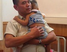 Văng khỏi xe máy, bé 10 tháng tuổi bị xe chở rác cán phải