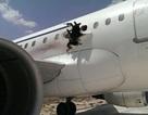 Máy bay thủng thân giữa trời, một hành khách bị hút ra ngoài