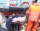 Đưa thi thể của 11 thuyền viên trong vụ nổ tàu cá vào bờ