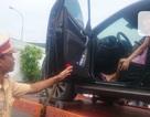 """Nữ tài xế """"cố thủ"""" trong ô tô bị phạt thêm tiền... cẩu xe"""