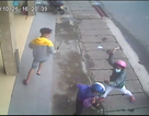 3 thanh niên vác dao chém người giữa phố