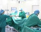 Khối u nặng hơn 1 kg treo bên túi mật của cụ bà 72 tuổi
