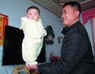 Bé 4 tháng tuổi có thể tự đứng trên tay cha