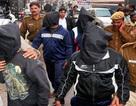 Nghi phạm vụ hãm hiếp nữ sinh Ấn Độ tự sát trong tù