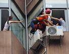 Giải cứu cô gái định nhảy lầu tự tử từ tầng 7