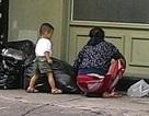 Nghẹn lòng chuyện mẹ bới rác tìm bánh gato cho con