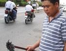 """Hai thanh niên chống """"đinh tặc"""" trên cầu An Phú Đông"""