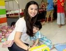 Em gái hoa hậu Jennifer Chung thay mặt chị đi từ thiện