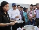 """Chủ tịch thành phố ăn cá biển để """"trấn an"""" người dân"""