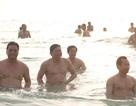 Bí thư, Chủ tịch TP Đà Nẵng tắm biển cùng du khách