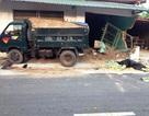Xe tải tông chết người, húc thủng tường nhà dân
