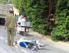 """""""Làm xiếc"""" trên đường, 2 thanh niên nguy kịch vì tông vào xe tải"""