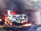 Ô tô cháy trơ khung khi đỗ trên đường phơi rơm