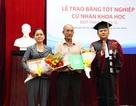 Cha mẹ nén nỗi đau đến nhận bằng tốt nghiệp thay con đã mất