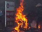 Xe máy bốc cháy ngùn ngụt trong tiệm sửa xe