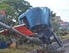 Xe tải tông gãy cột đèn cao áp, 4 người trọng thương