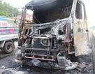 Xe tải phát nổ rồi bùng cháy dữ dội trên quốc lộ