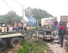 Dừng giữa đường ray, xe container bị tàu hàng đâm trúng