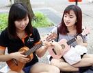 """Giới trẻ Sài thành """"du ca đường phố"""" với cây đàn ukulele"""