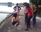 Xôn xao clip cô gái bị lột trần và đẩy xuống hồ