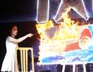 Nữ sinh Luật vẽ tranh bằng... lửa
