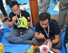 Bạn trẻ Philippines, Singapore học làm mặt nạ giấy bồi Việt Nam