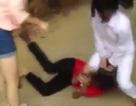 Choáng váng cảnh nữ sinh đánh đạp và bắt bạn quỳ xin lỗi