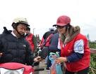 Bạn trẻ túc trực cầu Long Biên giúp người dân thả cá Táo quân
