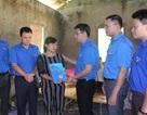 Đoàn thanh niên chia sẻ khó khăn với bà con vùng lũ Lào Cai