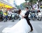 Chụp ảnh cưới giữa ngã tư đèn đỏ: Lãng mạn hay đùa với tính mạng?