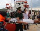 Tàu cảnh sát biển cứu ngư dân bị thương trên biển