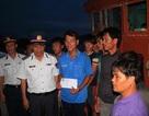 15 ngư dân thâu đêm tát nước, cứu tàu khỏi chìm, chờ ứng cứu